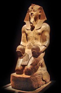 Kneeling statue of Amenhotep II holding two nw-vases (Source: Wikimedia Commons).